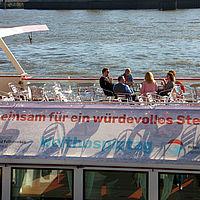 2 Franziska-Walter Talkrunde bei der Vorbereitung auf dem Deck der Commodore von Barkassen Meyer IMG 9747
